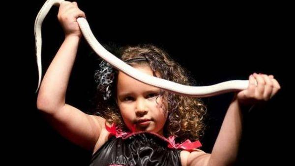 Menina de 7 anos é a mais jovem encantadora de cobras do mundo
