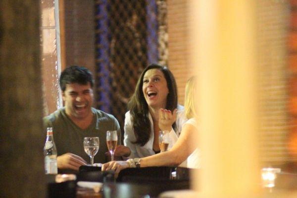 Claudia Raia tem encontro regado a champagne, amigos e muito chamego
