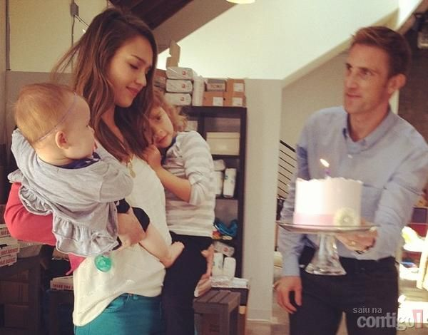 Jessica Alba ganha festa surpresa no seu aniversário