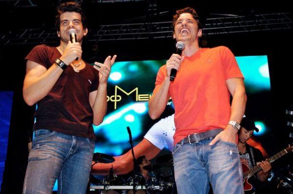 Ex-BBB Maurício sobe em palco para cantar, mas não consegue