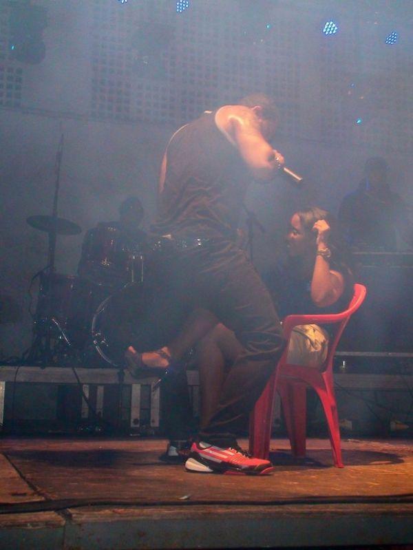Separado de Moranguinho, Naldo seduz fã durante show no Rio