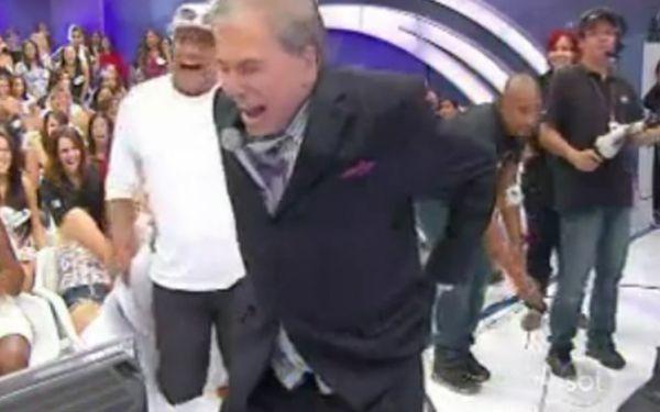 Calça de Silvio Santos cai durante apresentação do seu programa