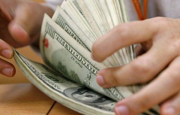 Dólar opera em alta no último dia de abril