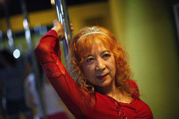 Dançarina de pole dance, chinesa de 60 anos diz praticar