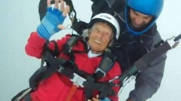 Mulher de 104 anos quebra recorde de mais velha no mundo a saltar de parapente