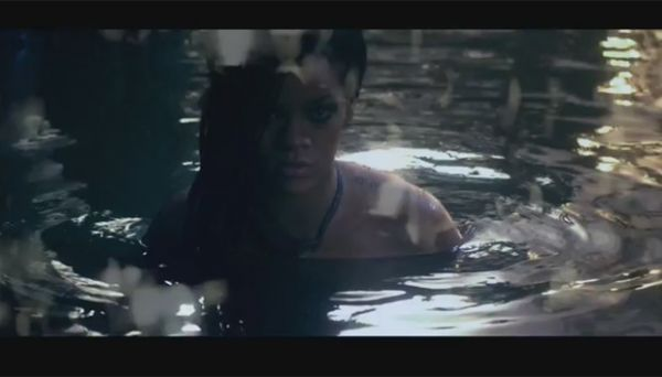 Seminua, Rihanna é observada por vários homens em novo clipe