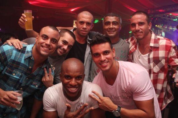 Ta Podendo! Romário faz festão em boate cercado de mulheres