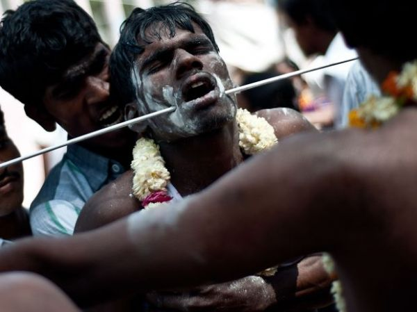 Devotos perfuram o corpo em ritual para deus hindu na Índia