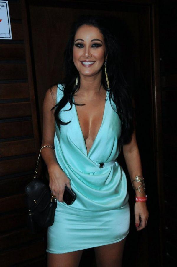 Helen Ganzarolli usa vestido superdecotado e quase mostra demais