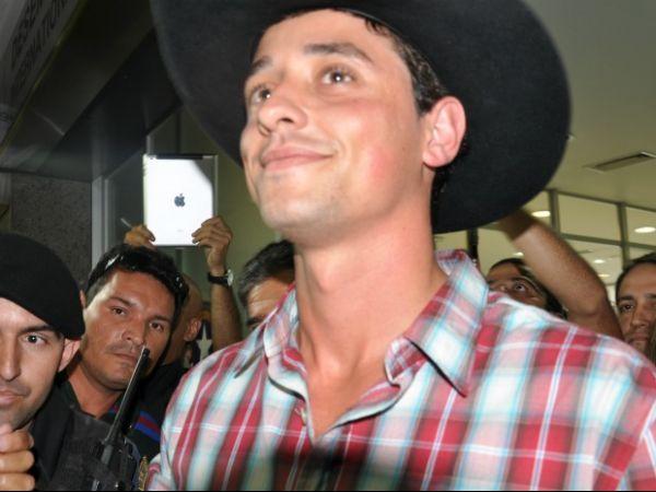 Vencedor do BBB-12, Fael é cercado por fãs em Campo Grande