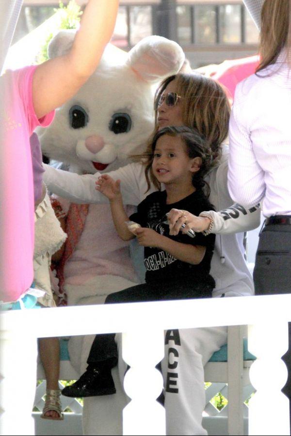 Jennifer Lopez e os filhos comemoram a Páscoa posando com coelhinho