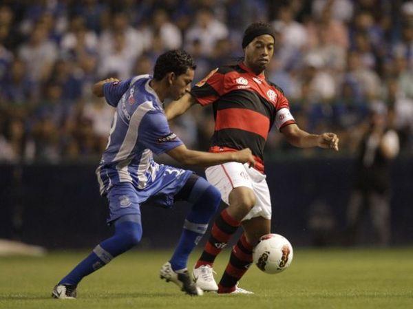 Dirigentes do Flamengo planejam saída de Ronaldinho, diz jornal
