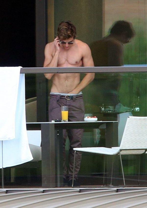 Ops! Zac Efron é flagrado com a mão dentro da calça em hotel