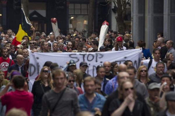 Ato com cigarros gigantes pede volta da liberação da maconha na Holanda