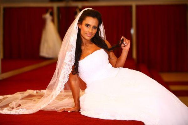 Ex-BBB Kelly fica com olhos cheios de lágrimas ao posar de noiva