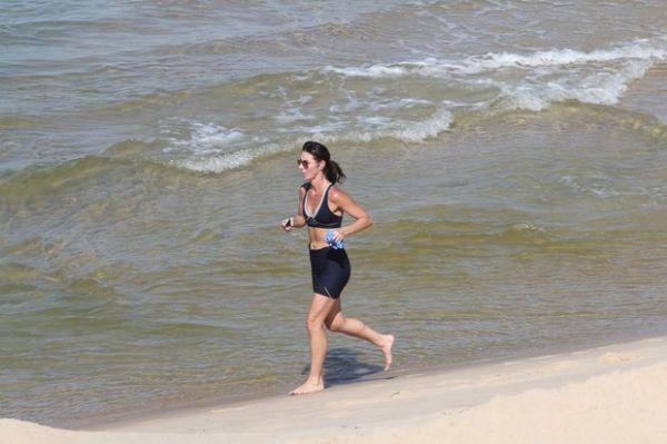 Glenda Kozlowski mostra boa forma ao correr na praia
