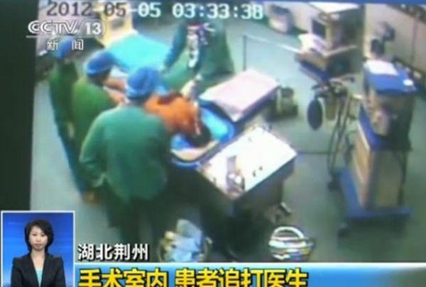 Paciente se levanta durante cirurgia e tenta agredir médicos na China