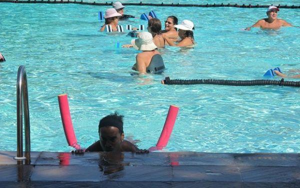 R10 divide piscina com senhorinhas e trabalha ao som de
