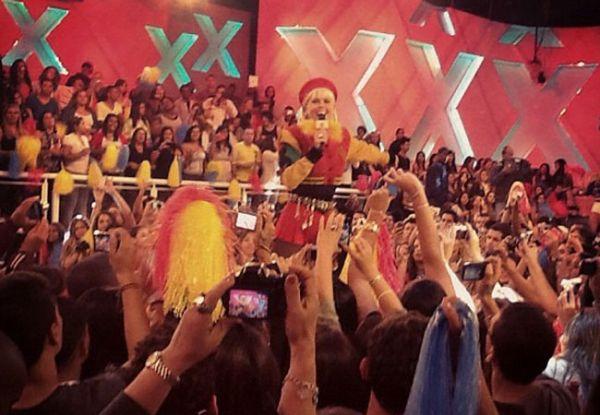 Xuxa revisita looks dos anos 80 para gravar especial
