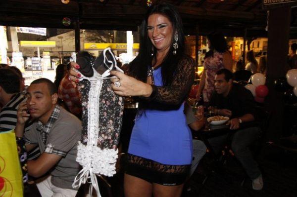 Com vestido decotado, Solange Gomes faz festão e reúne amigos