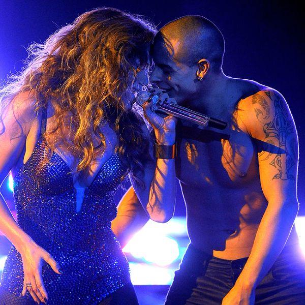 Jennifer Lopez se apresenta ao lado do namorado e rouba cena em reality show
