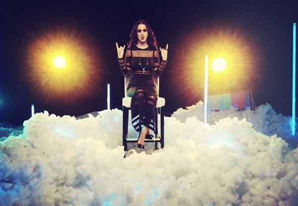 Katy Perry repete figurino gótico de clipe em premiação