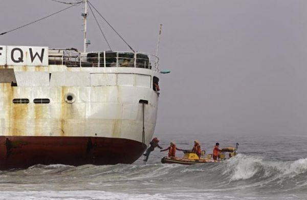 Barco de pesca japonês encalha com 28 pessoas a bordo na África do Sul
