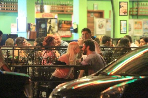 Gabriel Braga Nunes é visto aos beijos com ex-atriz de Malhação