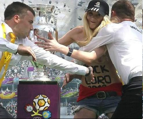 Mulher seminua tenta roubar taça da Eurocopa durante evento em Kiev