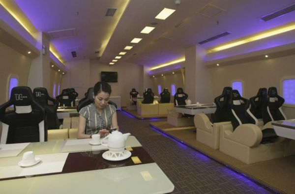 Restaurante temático baseado no avião A380 tem mesa em forma de ovo