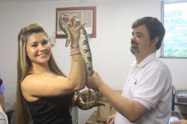 Após usar veneno para tratamento no rosto, Mulher Maçã vai conhecer cobras em instituto