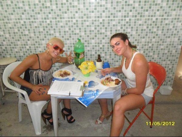 Babi Rossi come uma farofinha em aniversário na Zona Oeste do RJ