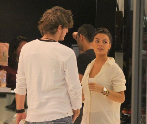 Isis Valverde passeia com namorado em shopping no Rio