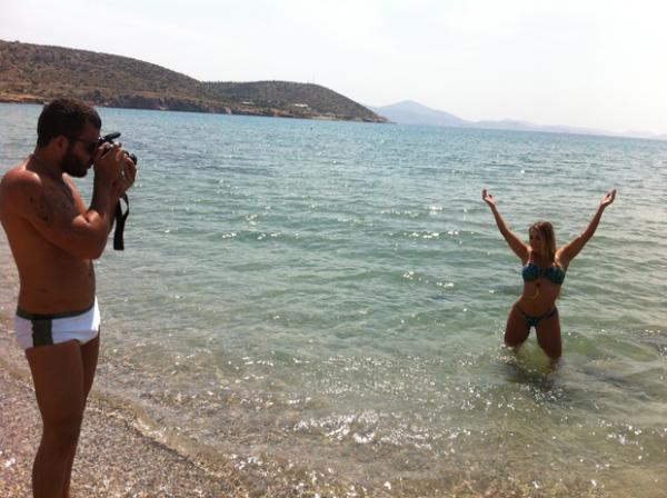 Jéssica Lopes faz fotos de biquíni em ilha da Grécia