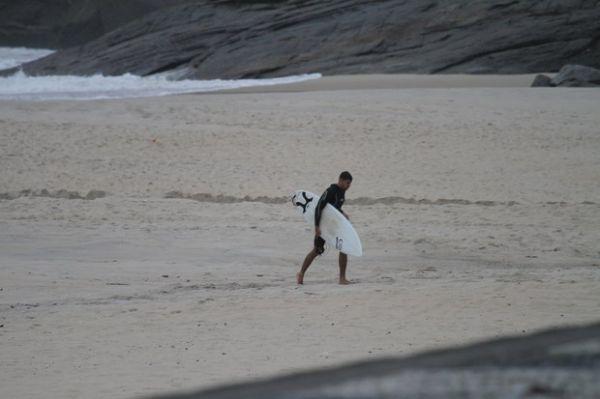 Nem frio espanta ,Cauã Reymond dá show de surfe em praia no Rio