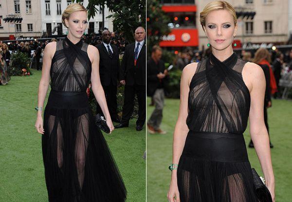 Charlize Theron acaba mostrando demais em première de filme