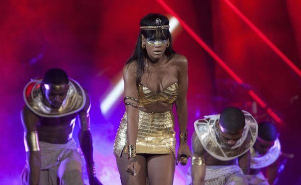 De unhas grandes, Rihanna encarna Cleópatra em show beneficente