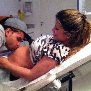 Dentinho beija barriga da noiva Dani Souza durante ultrassom