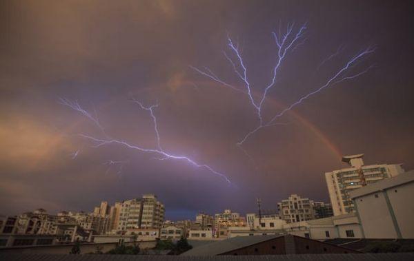 Foto durante tempestade na China mostra arco-íris e raios simultâneos