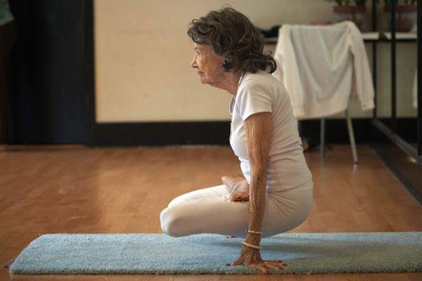 Mulher de 93 anos é instrutora de ioga mais velha do mundo
