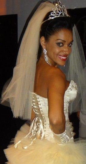 Musa da Mocidade desfila vestida de noiva e exibe decotão sexy