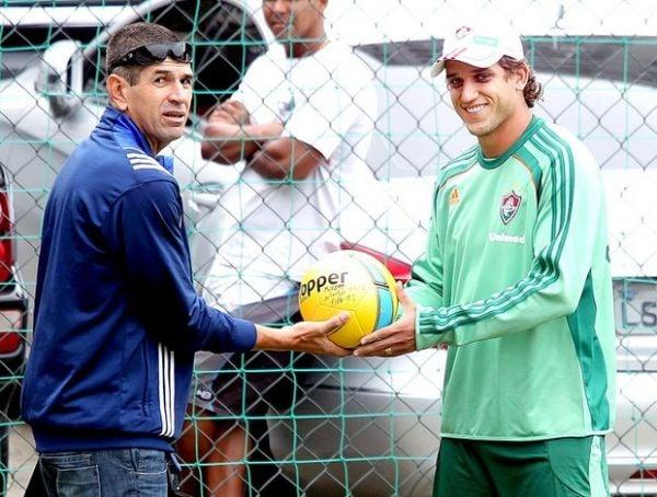 Reticente, Rafael Moura aceita bola entregue pelo árbitro da final