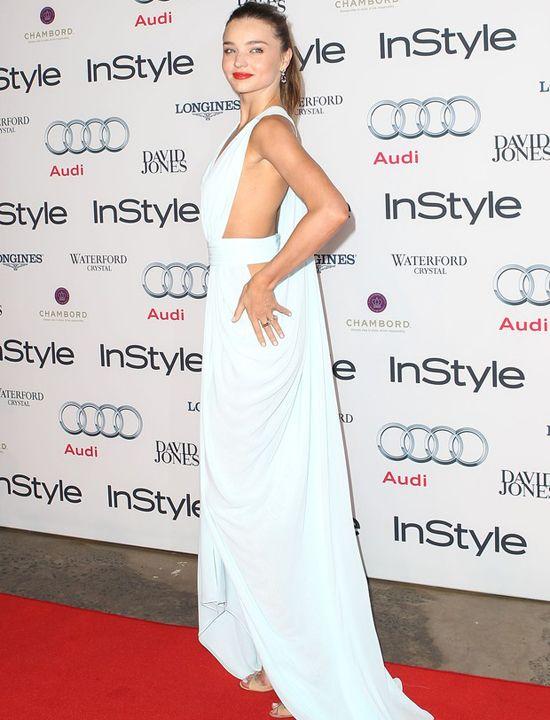 Top Miranda Kerr chama atenção em evento por estar sem sultiã