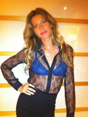 Gisele Bündchen vai à festa com blusa transparente e mostra sultiã