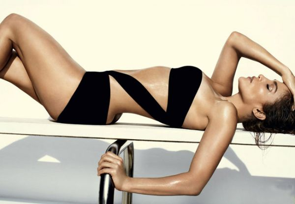 Jennifer Lopez posa sexy para editorial de moda praia