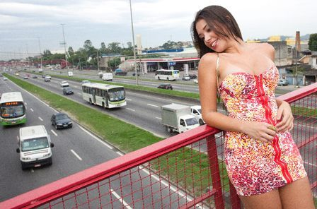 Suelen da vida real posa para fotos e para trânsito na Av.Brasil