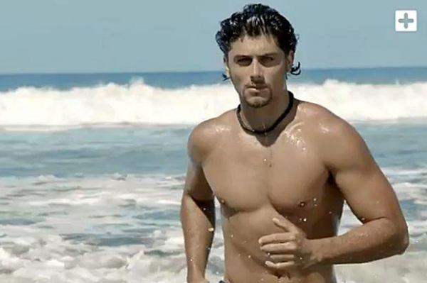 Ex de Madonna, Jesus Luz, aparece de sunga e sem camisa em clipe