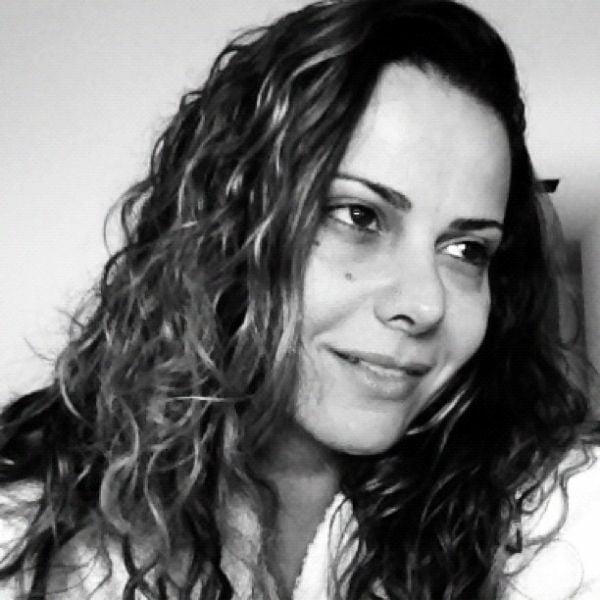 Viviane Araújo posta foto no Twitter com cara de sono
