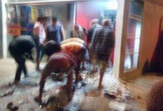 Após explosão de caixa eletrônico, populares pegam dinheiro do chão