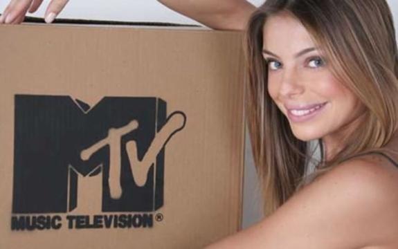 Daniella Cicarelli volta com boca maior e loira vira piada na MTV